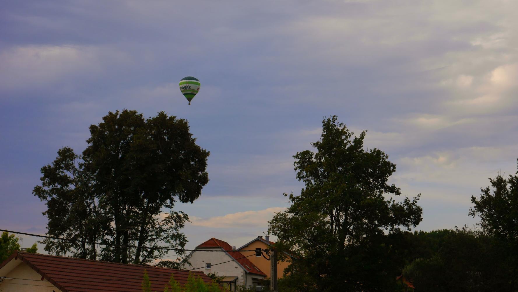 Montgolfière au dessus de la rue de Salans juillet 2020