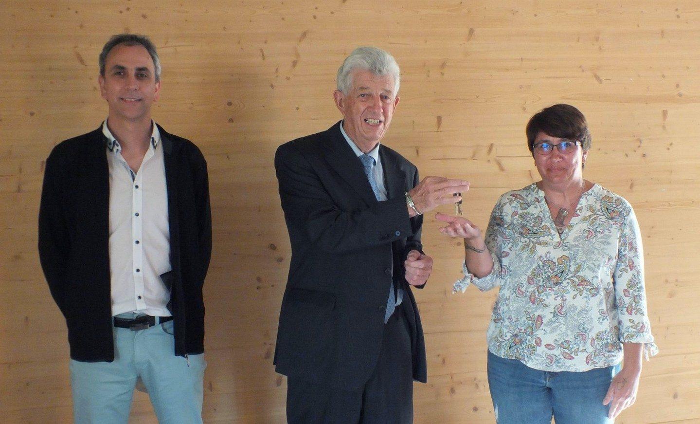 12 mai 2021 Jacques Adriansen remet les clefs de la mairie à Maëlle Billard la nouvelle secrétaire, Alexandre Morel lui cède sa place.